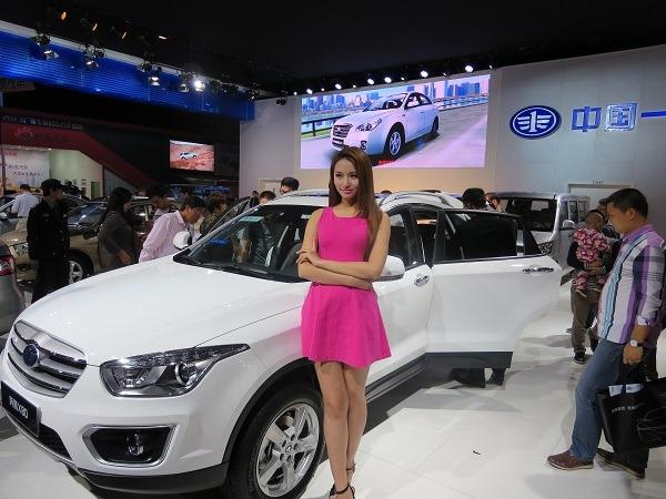 (写真4)広州モーターショーのモデル、男女ともに背が高い