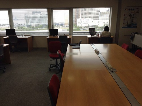 (写真2)独立した通常デスク席が奥にみえる