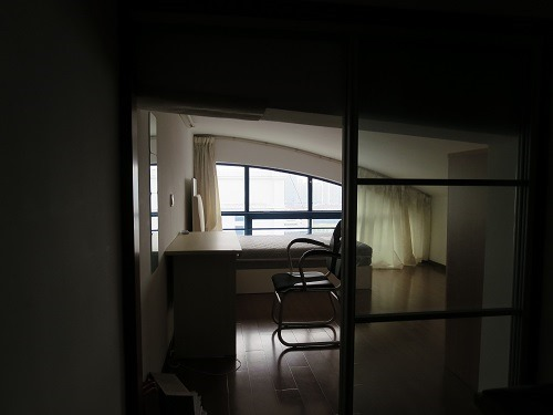 (写真3)天井が低いアパートの1室、部屋は綺麗なのだが・・