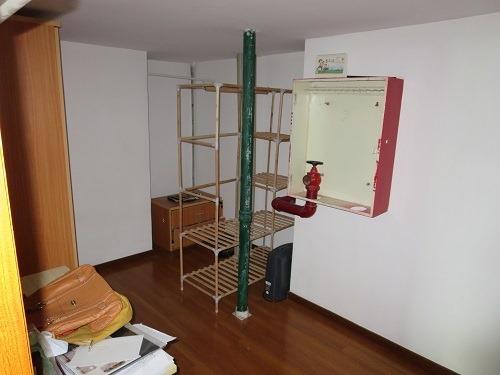 (写真5)なぜか部屋のなかにパイプが通っている、倉庫ではない