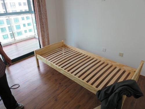 (写真3)ベッドフレームの完成、ベッドの端にはジャケットが・