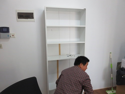 (写真5)本棚の完成、なぜか茶色のガムテープが貼られている