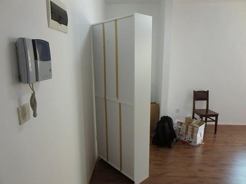 (写真6)本棚の裏側にもガムテープがしっかり貼られている