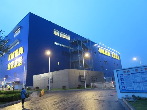 (写真1)広州の市内中心部にあるIKEAに比べて、圧倒的にデカイ(上海市宝山区)