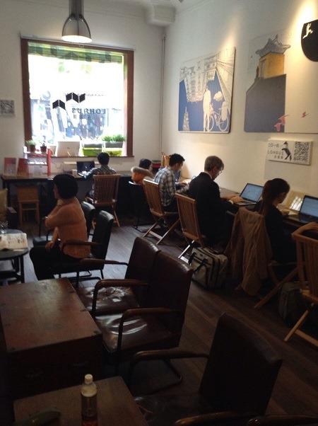 (写真2)「LOHAUS」1階で作業する利用者の様子