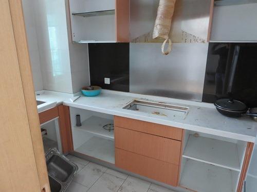 (写真2)改装中の台所、アパート探しのときに見た部屋の一つ