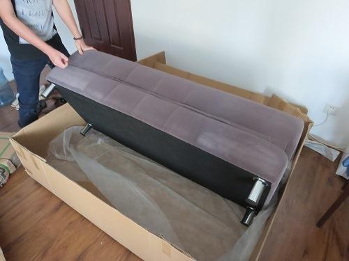 (写真5)ソファーの組立は簡単、脚を付けるだけ