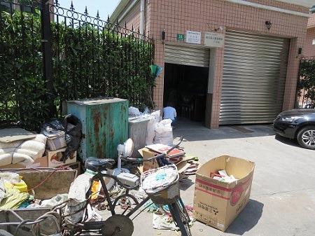 (写真1)ダンボールを買い取ってくれる業者、ゴミの整理をする場所(上海市虹口区)