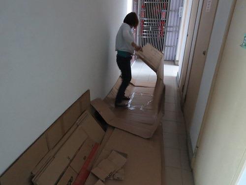 (写真3)ダンボールを折り曲げるには、まずは広げる必要がある