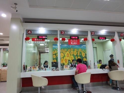 (写真2)招商銀行の窓口、現在の銀行窓口の対応はサービス精神がある