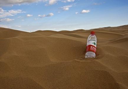 (写真3)ペッドボトルの「農夫山泉天然水」