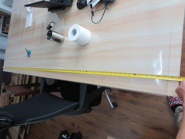 (写真2)ビニールのテーブルカバーの長さが足りない