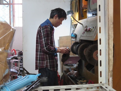 (写真3)修理の様子、修理用の専用機械を導入している