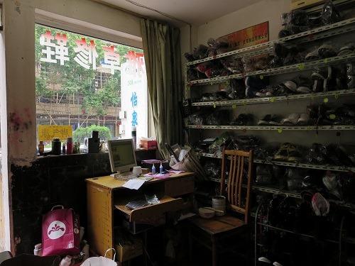 (写真2)中国の靴の修理屋、なぜか朝が早い、毎朝8時には開店している