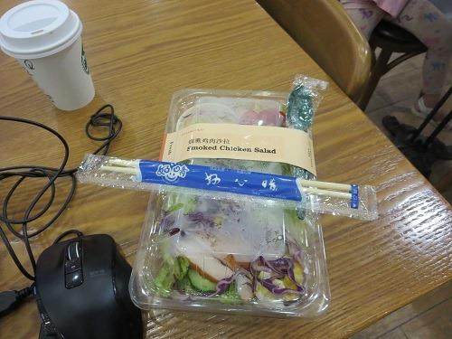 (写真3)煙薫鶏肉沙拉(ローストチキンサラダ)22元、スプーンでは食べにくい