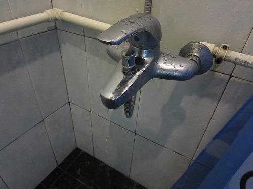 (写真1)シャワーの蛇口、レバーの根っこのところから水が止まらない