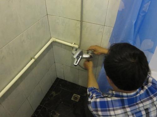 (写真3)新しいシャワーの蛇口、日本で蛇口を交換する機会はほとんどない