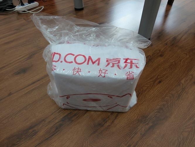 (写真2)京東商城からの配達物、雨に濡れないようビニールがかぶせられている