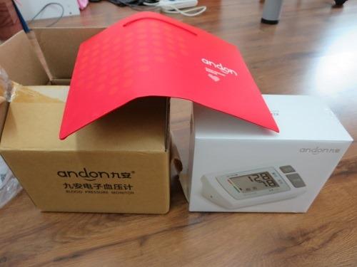 (写真3)京東商城で購入した血圧計、メーカーの紙袋まで用意されていた