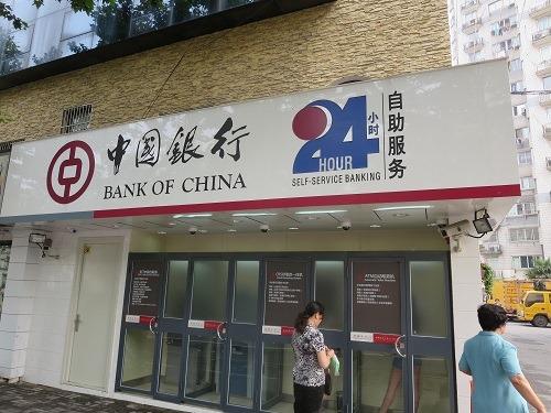 (写真1)中国銀行、個室のATMの中から鍵を閉めることができる