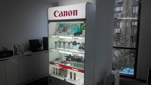 (写真5)修理センター内にあるキヤノン製品の展示品