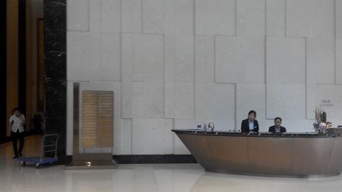 (写真3)城匯大厦1階の総合受付、高級感あるビル内に修理センターはある