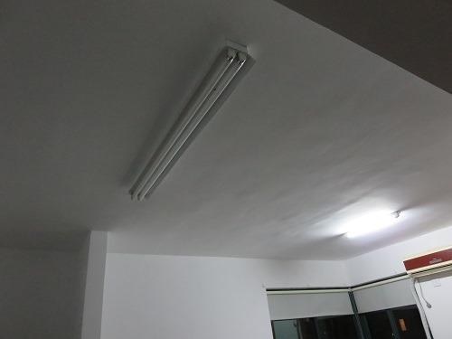 (写真4)1.2メートルのツイン式の蛍光灯フレームに交換