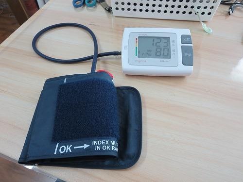 (写真1)九安医療の電子血圧計、写真の表示値は調子がよかったとき