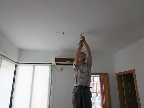 (写真2)修理工の袁さんに交換してもらう