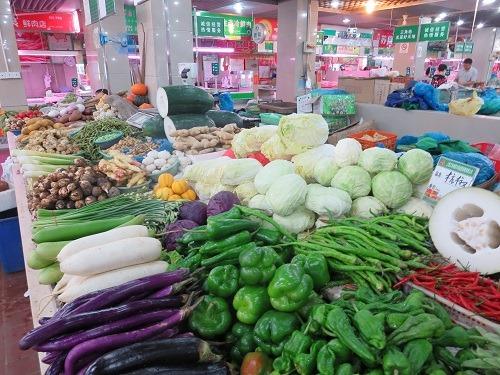 (写真1)上海市内の野菜市場のようす、かなり清潔な市場(いちば)