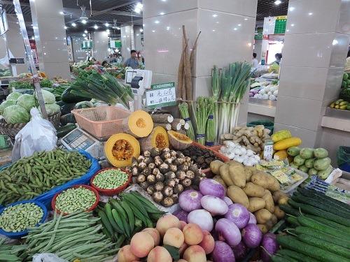 (写真2)かなり清潔に保たれている上海市内の野菜市場