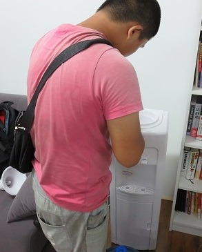 (写真2)洗浄にきてくれた河北省出身の若い男性
