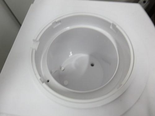 (写真4)ウォーターサーバーのなかに薬品を2粒いれる