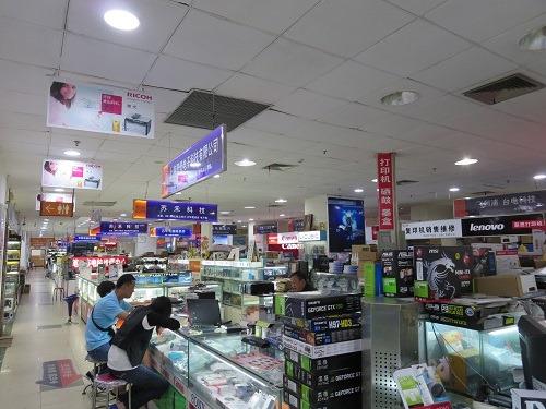 (写真2)デジタル製品を専門に扱う電脳城の店内のようす(上海市内)