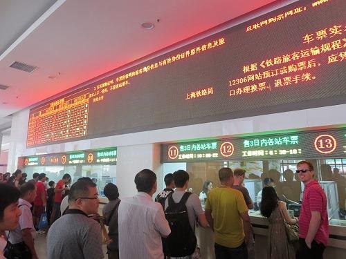 (写真6)上海駅の切符売場の様子、長蛇の列というほどでもない