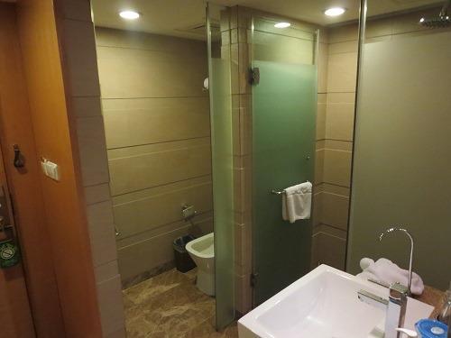 (写真5)トイレとシャワーが別々になっている洗面所