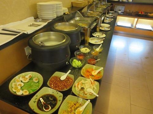 (写真8)朝食のようす、おかゆも2種類ある