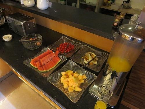 (写真9)果物も用意されている