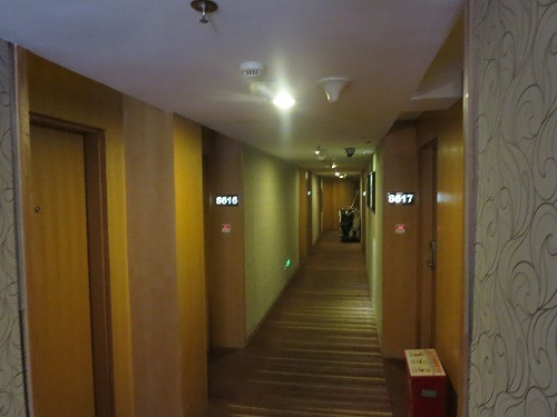 (写真3)怡嘉金穂酒店のホテル内の通路の様子、じゅうたんが敷かれている