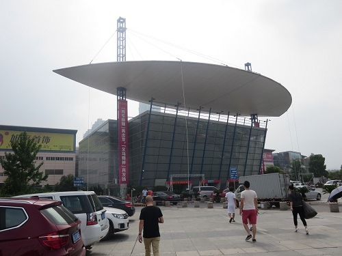 (写真2)義烏(イーウー)の国際商貿城1区の外からの様子