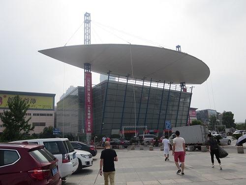 (写真1)義烏(イーウー)の国際商貿城の外からの様子