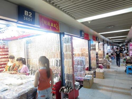 (写真4)髪飾りなどを中心とした店舗の様子