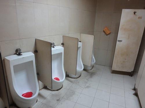 (写真9)卸売市場のなかにある男性トイレ