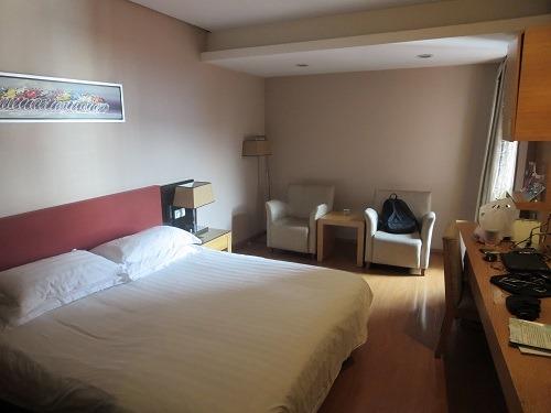 (写真4)198元で宿泊した部屋の様子、セミダブルのベッド