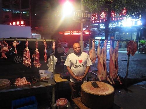 (写真2)なぜか「I Love Cambodia」を来た店員
