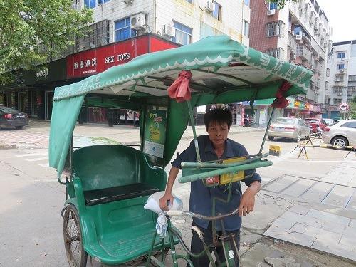 (写真8)さりげなく人力三輪車のなかには広告が掲載されている