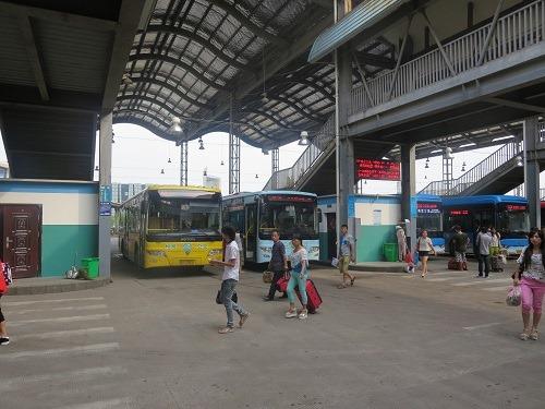 (写真2)義烏駅(列車)にある公共バスの発着所、市内中心部まで1.5元