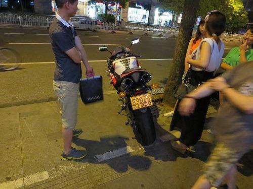 (写真2)中国では珍しいスクータータイプではないオートバイ