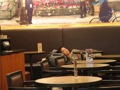 (写真6)豪快に寝ている人、中国でソファー席があると横になってしまう