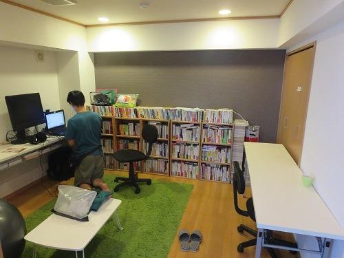 (写真2)たくさん書籍が置かれている